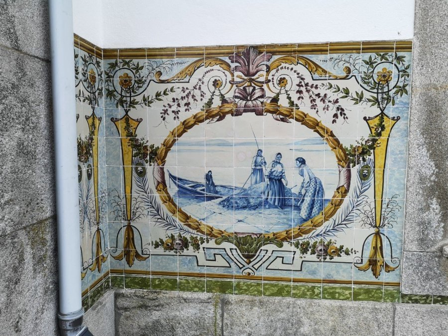 decorative tiles Portuguese town web link